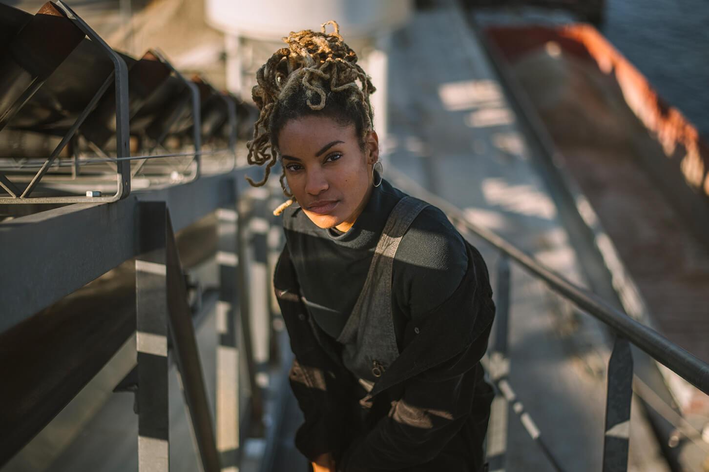 Photographie de portrait de Jessie Nadu par Laura Van Puymbroeck