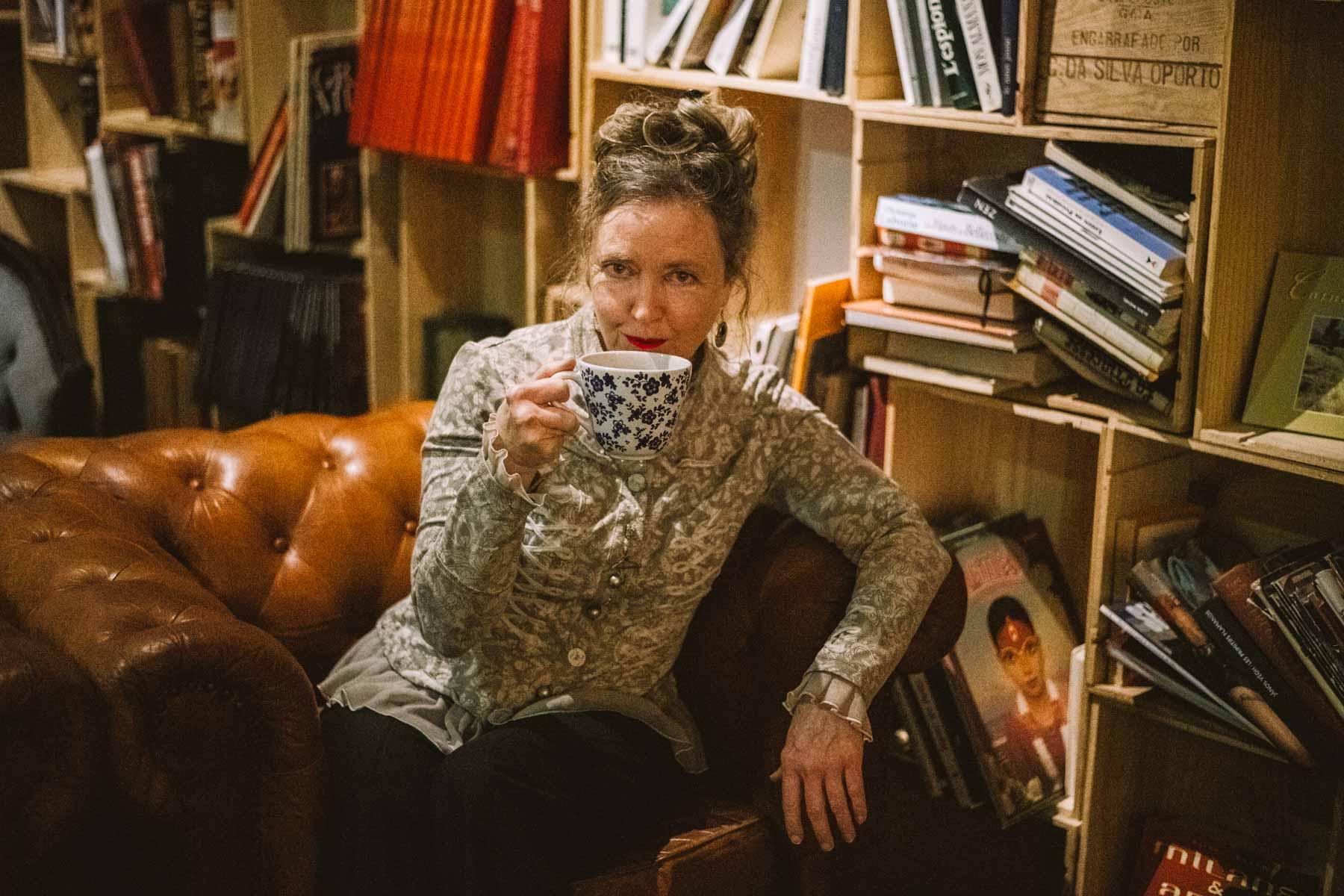 Serial Blogueuse buvant son thé au café Verde Nero