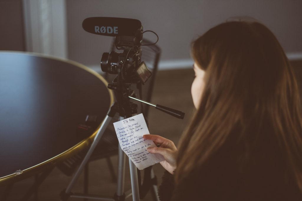 Seva Houez tient un papier avec les questions de son interview