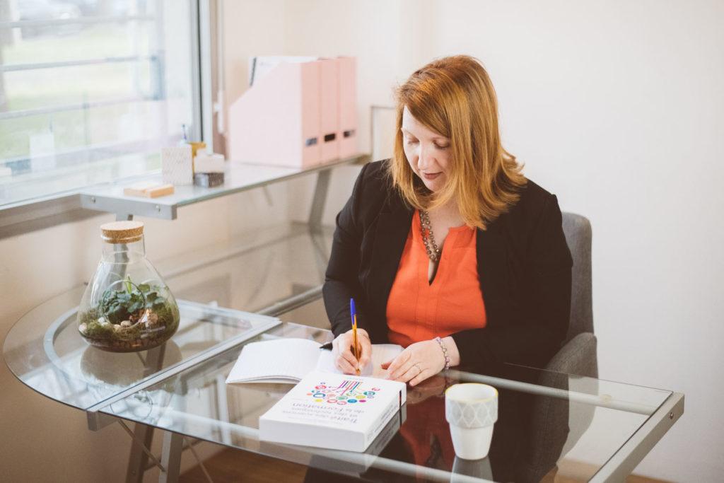 Vanessa Noah Ewodo travaillant dans son bureau, à Lormont