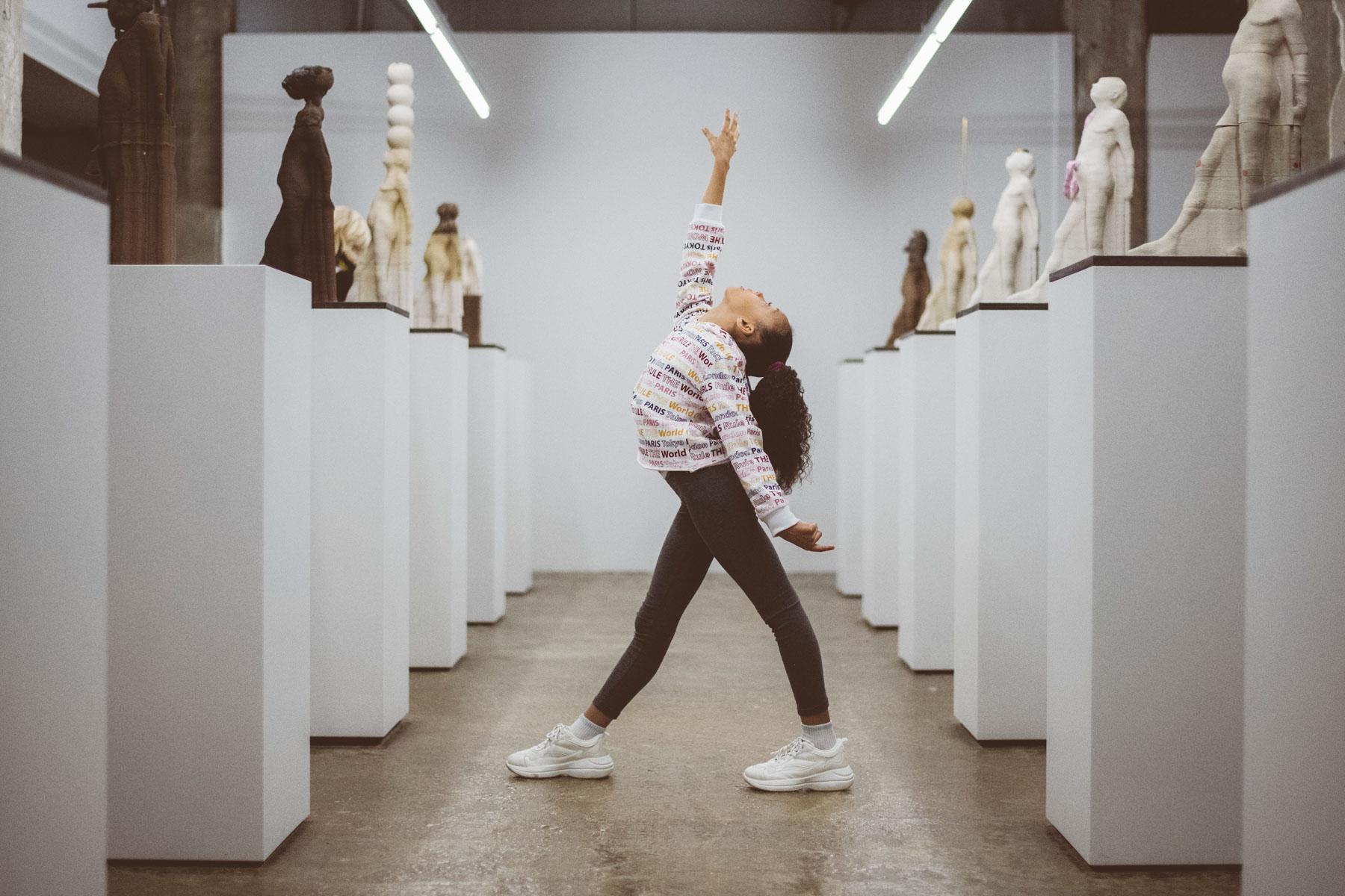 Néhémie au milieu des statues - Laura Van Puymbroeck