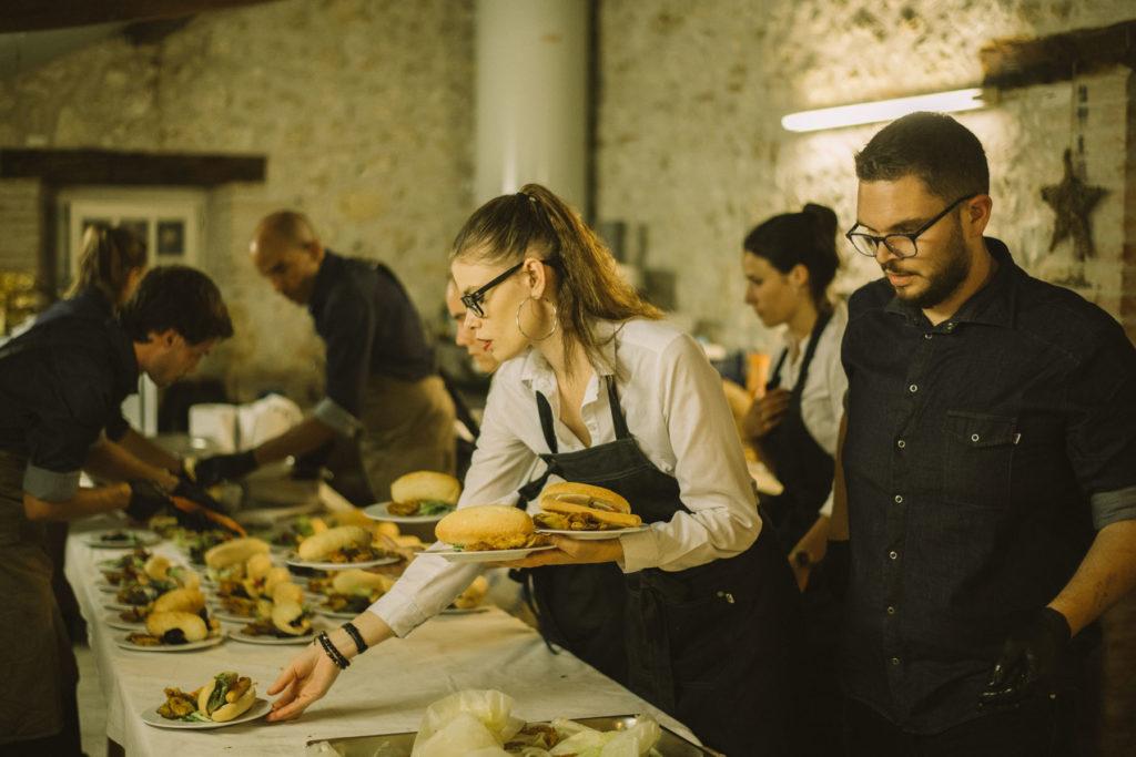 La cuisine est en mouvement, les serveurs concentrés.