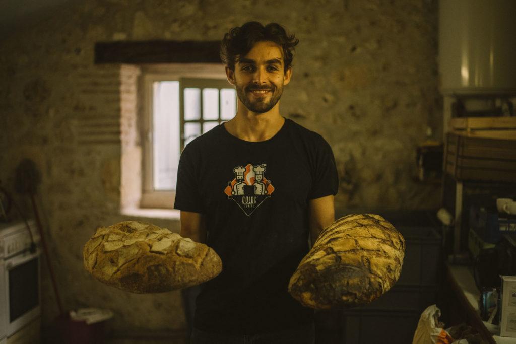 Connaisseur des bons produits, Julian adore partager et faire goûter ! Pour cette photo, nous sommes dans les cuisines de la grange louée pour l'événement.