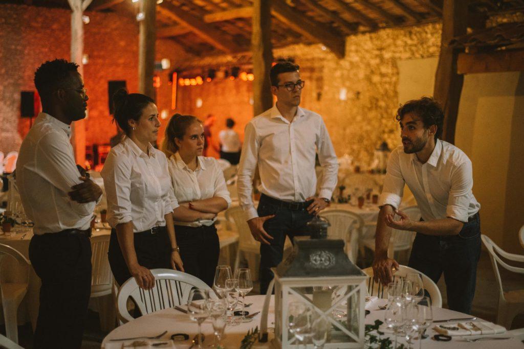 Julian fait un briefing avec ses équipes avant l'accueil des invités.