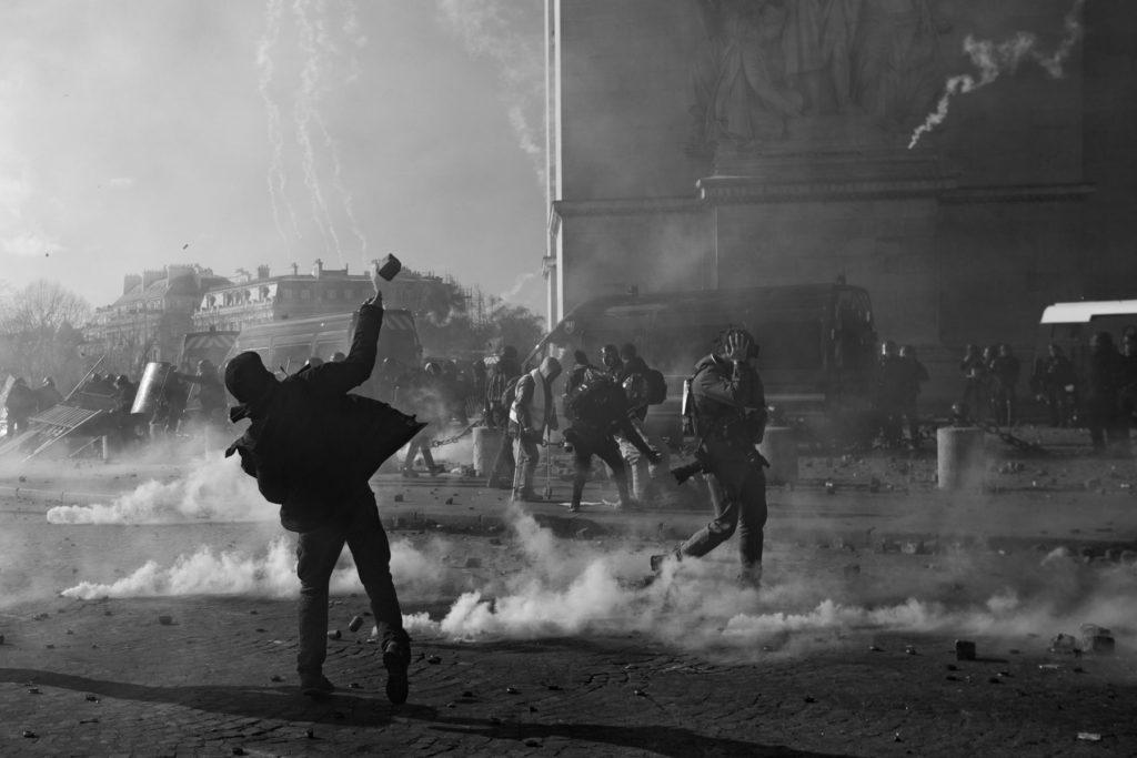 Des échanges violents entre manifestants et policiers