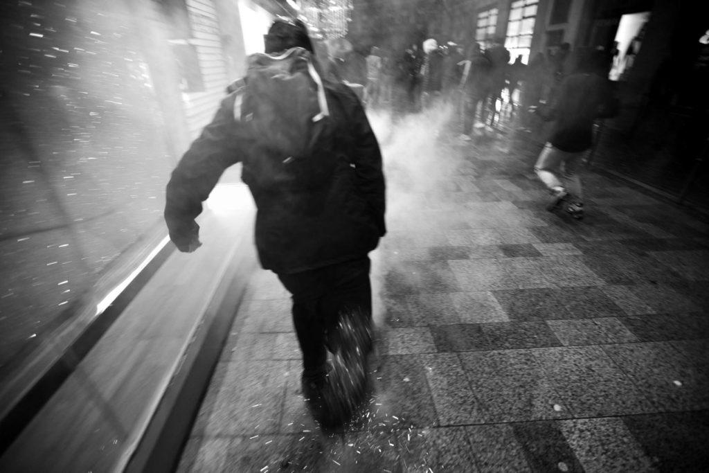 Des projectiles, des cris et explosions dans les rues de Paris