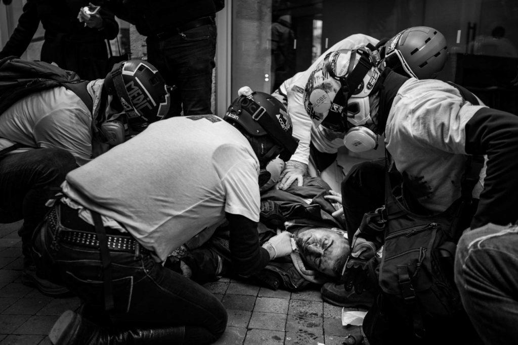 Le Street Medic sauve un manifestant