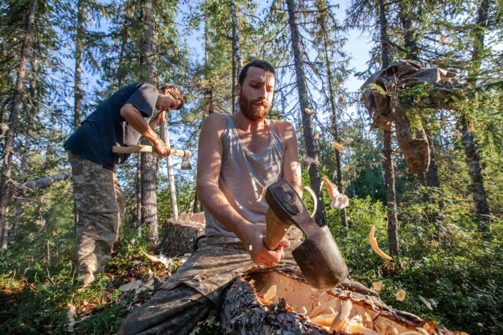 Baptiste et Joffrey, coupant des arbres pour créer le futur radeau